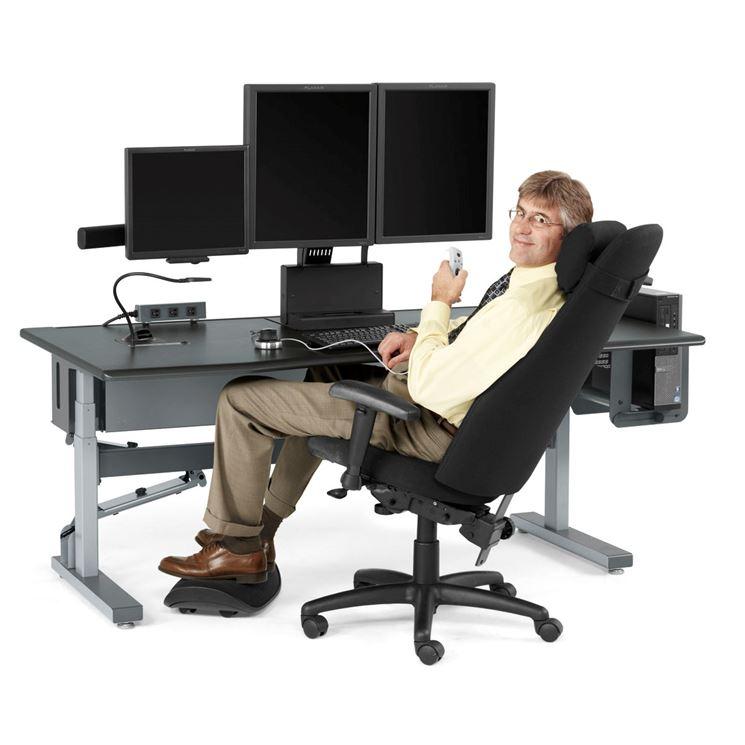 La foto mostra la corretta posizione da assumere quando si lavora al computer: schiena dritta, piedi a terra e gomiti ben appoggiati sui braccioli