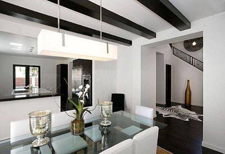 Complementi d'arredo in stile contemporaneo, mobili puliti ed eleganti e luicidi.