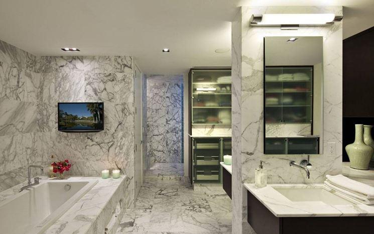 Bagno con complementi d'arredo moderni