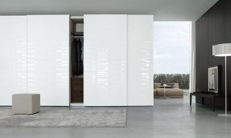Un armadio moderno con ante scorrevoli