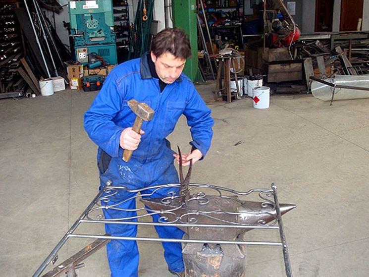 La lavorazione di un letto in ferro battuto