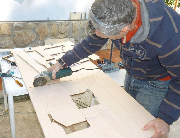 Tagliare il legno con una sega circolare