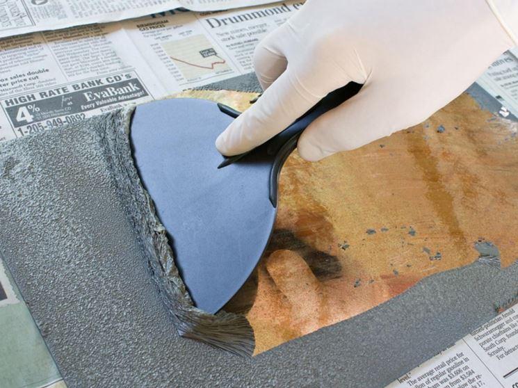 Rimozione della patina di vernice da una superficie in legno