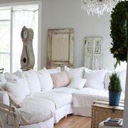 Esempio di una casa arredata in stile shabby chic dove il divano fa la differenza