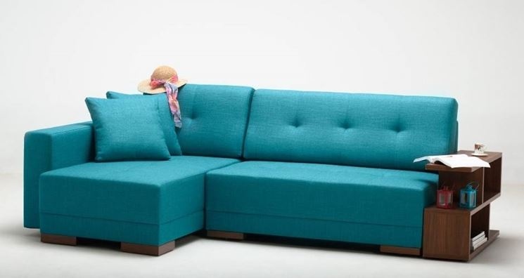 Un comodo divano angolare che arreda il soggiorno senza occupare il centro della stanza