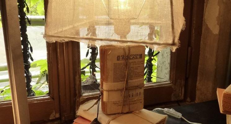 Lampada con libri