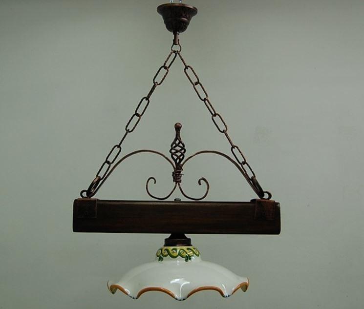 Un modello caratteristico di lampadario in legno/ceramica
