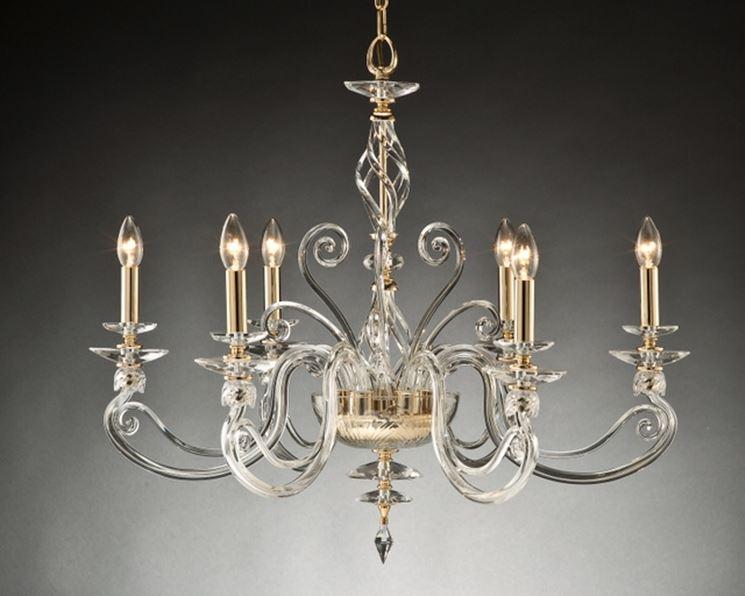 Un esemplare di lampadario in cristallo