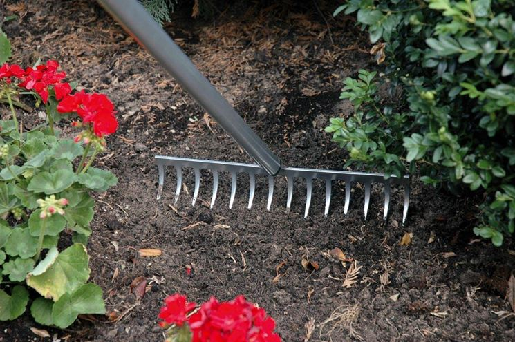 Tipico rastrello con pettine in metallo