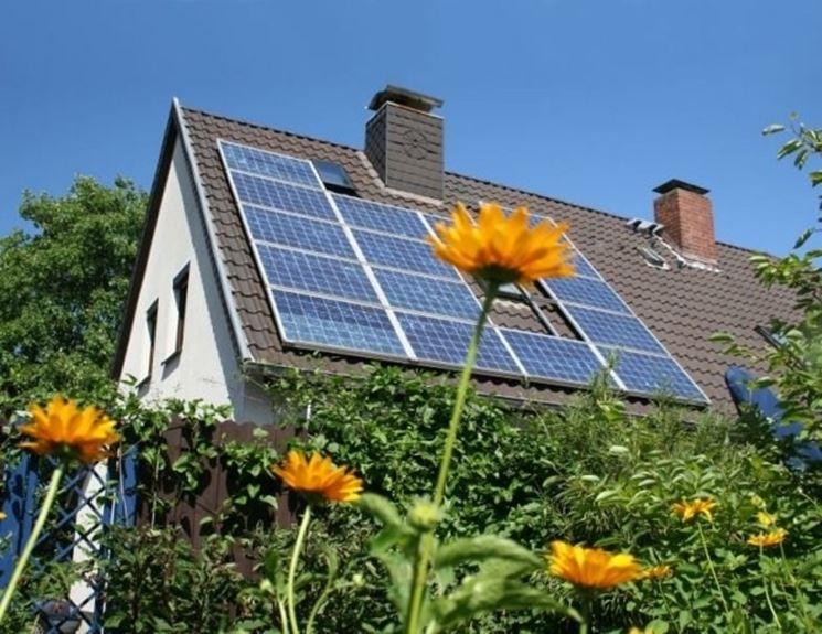 Impianto fotovoltaico costruito sui tetti di un'abitazione