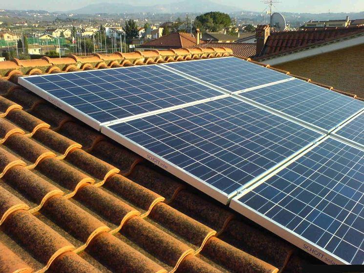 Pannelli fotovoltaici installati sul tetto di un�abitazione