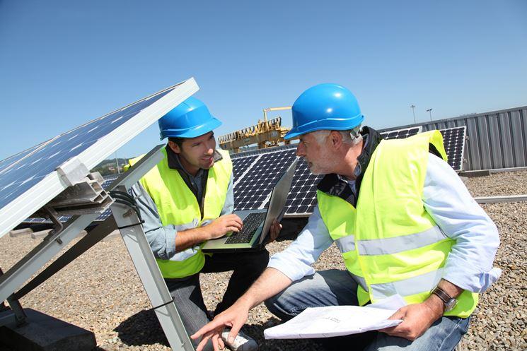 Impianto fotovoltaico adagiato su un tetto. Le tegole rimangono al loro posto.