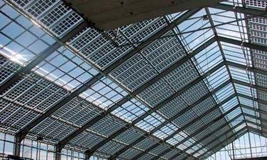 Esempio di impianto fotovoltaico integrato che costituisce il tetto di un edificio industriale.