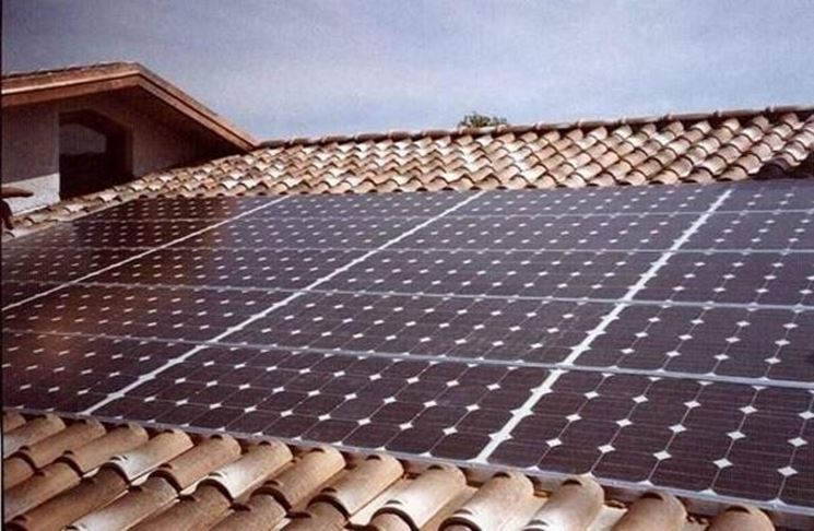 pannelli solari sul tetto di una casa.