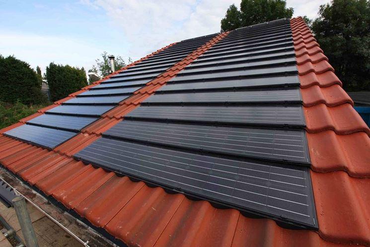 Un tetto con tegole fotovoltaiche