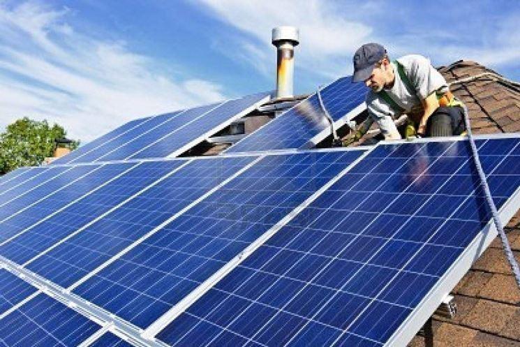 Un pannello solare mentre viene installato