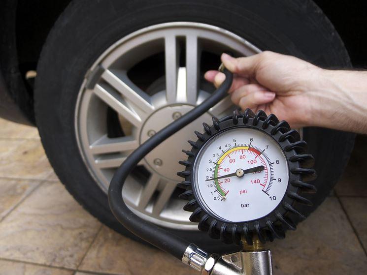 Bisogna periodicamente controllare la pressione delle gomme
