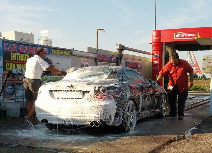 Lavaggio dell'auto: la prima operazione da compiere