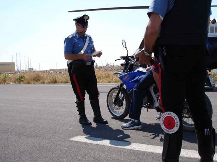 Controllo del motociclo al posto di blocco.