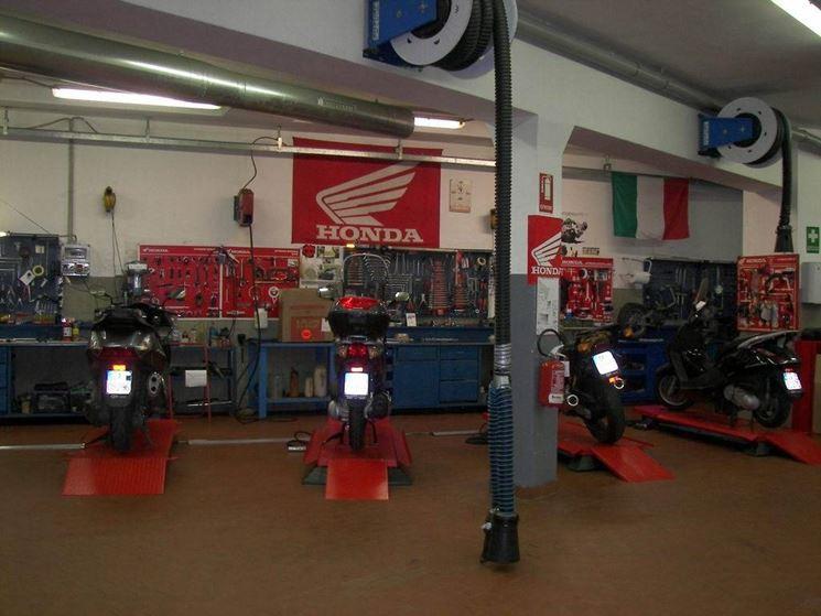 Dei motocicli in attesa di revisione, in officina.
