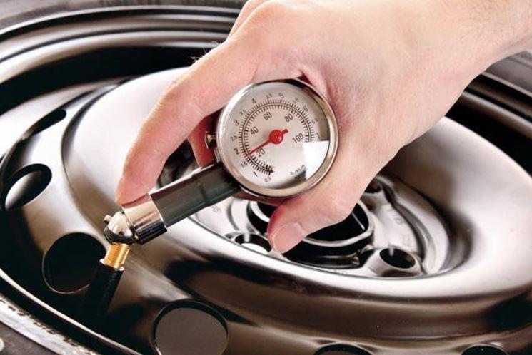 misura della pressione di un pneumatico