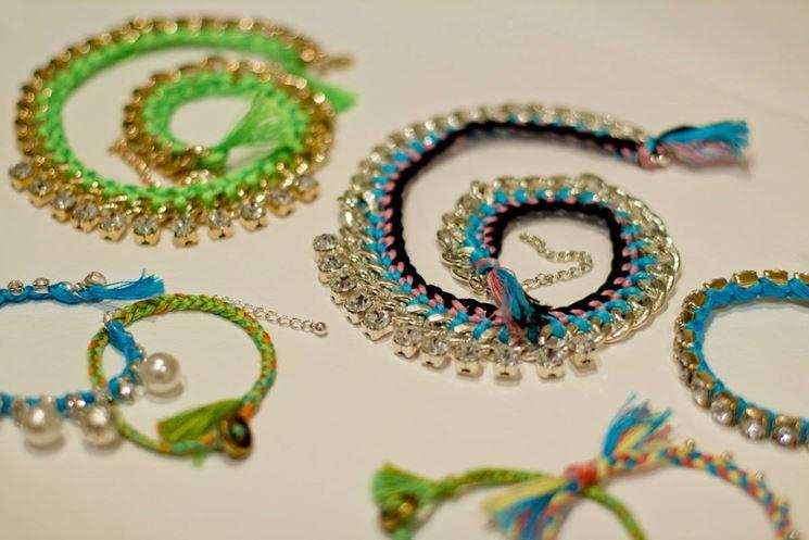 Colorati ed originali, con pendenti e perle
