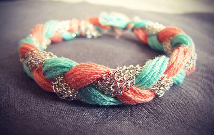 Combinazione particolare fatta con fili di lana e metallo intrecciato