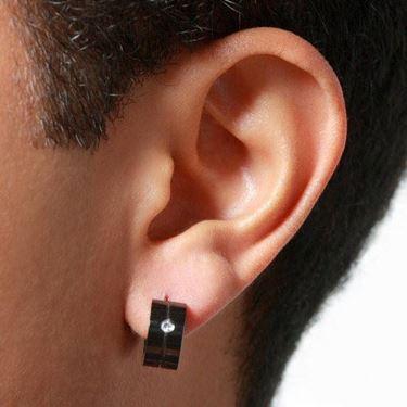 Immagine di un indiano con orecchini originali