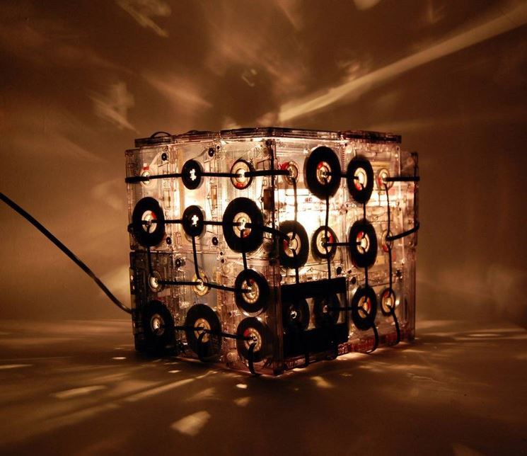 Lampada fatta con le musicassette