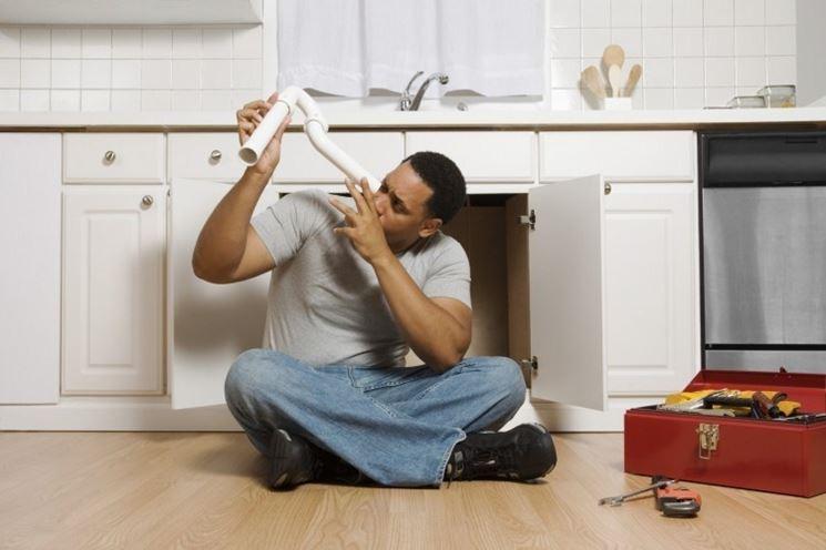 Uomo di casa alle prese con idraulica fai da te