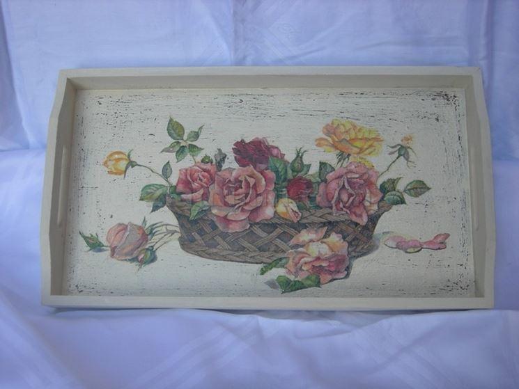 Vassoio con decorazioni floreali