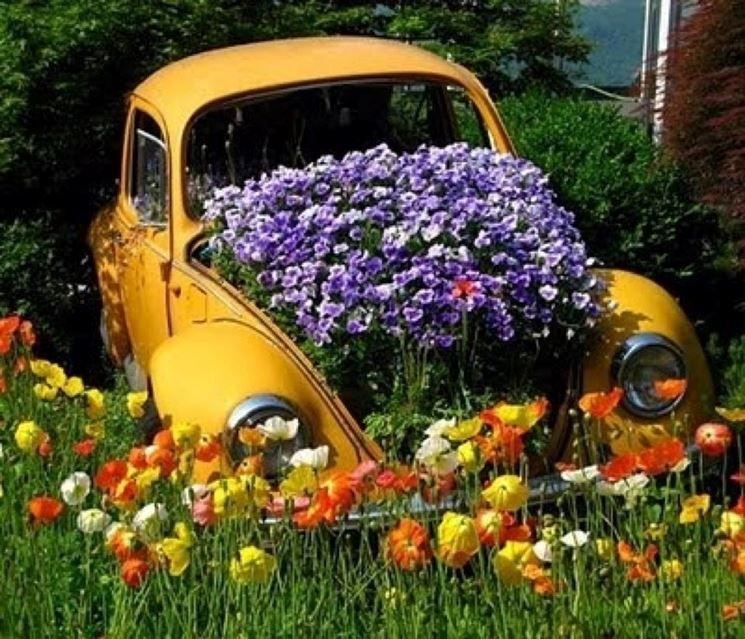 Automobile abbandonata trasformata in giardino naturale