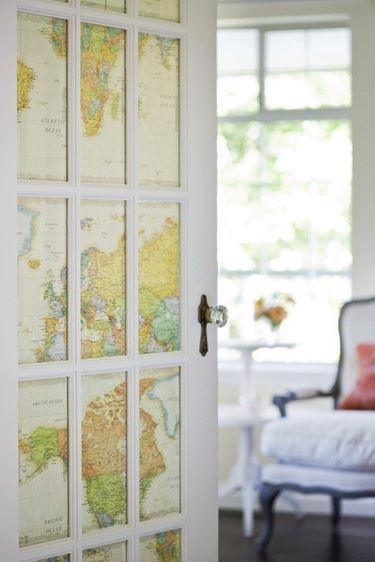 La porta decorata con disegni firmati