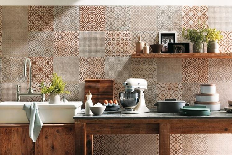 Scegliere piastrelle decorate il decoupage come - Piastrelle decorate per bagno ...