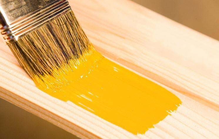 pennello che dipinge il legno