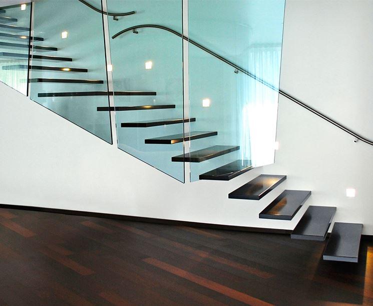 Parapetto in vetro per una scala moderna