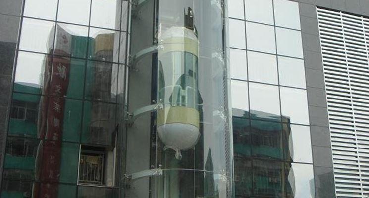 Ascensore con vetro curvo