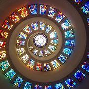 Vetrate artistiche in cima ad una chiesa