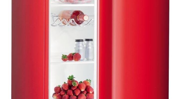 la porta del frigorifero aperta consuma energia