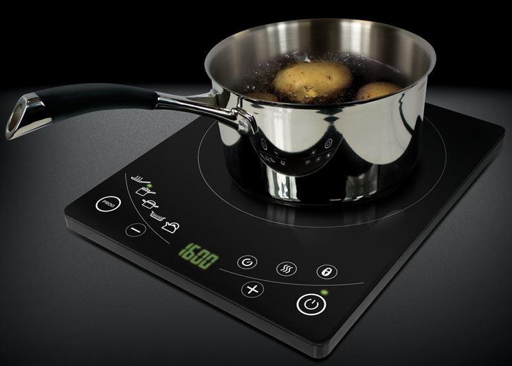 pentola con patate bolle fornello ad induzione