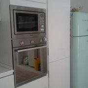 Piccola cucina con forno a colonna