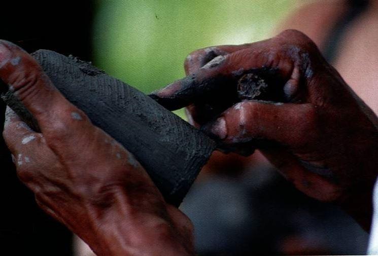 Lavorazione di un oggetto in terracotta