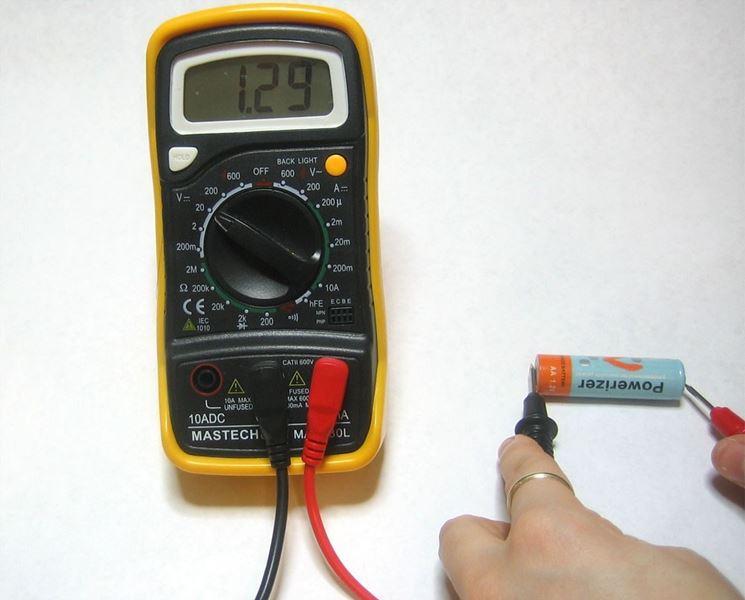misura delle tensione di una pila
