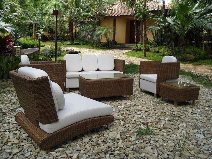 sedia di legno immersa nel verde