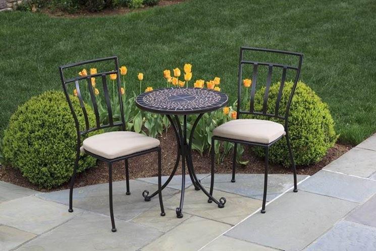 Immagine di un tavolo e delle sedie nel verde