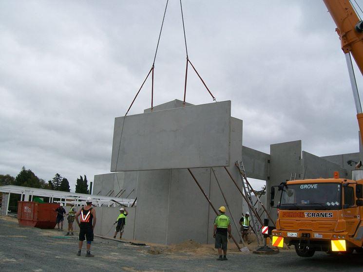 Operai al lavoro per montare una prefabbricata in cemento