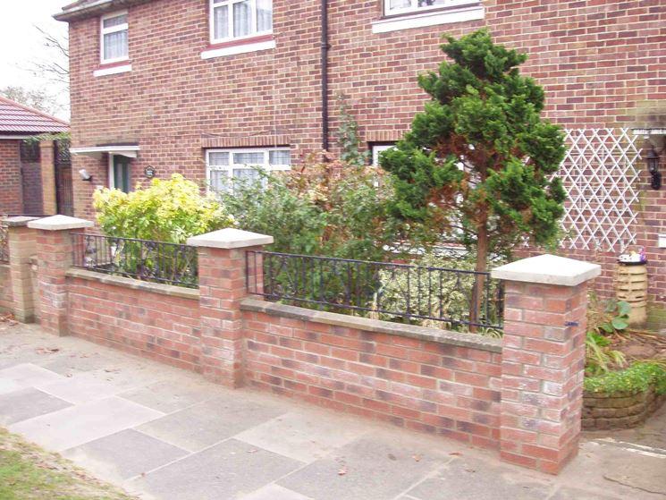 Casa e recinzione in mattoni faccia a vista