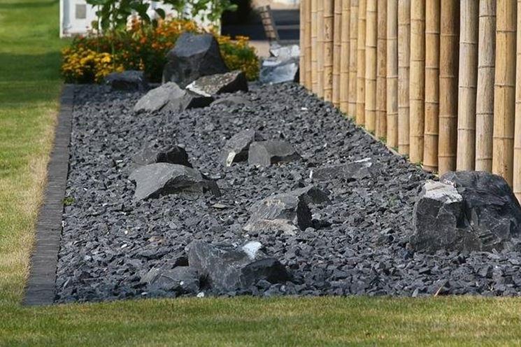 Un giardino con pietre di diverse dimensioni