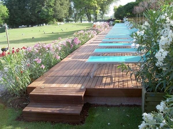 Scegliere gli oggetti per giardino materiali per for Arredo giardino legno