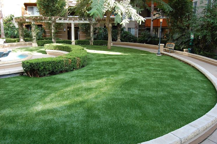 Vantaggi prato sintetico materiali per giardini vantaggi prato sintetico - Erba artificiale per giardini ...